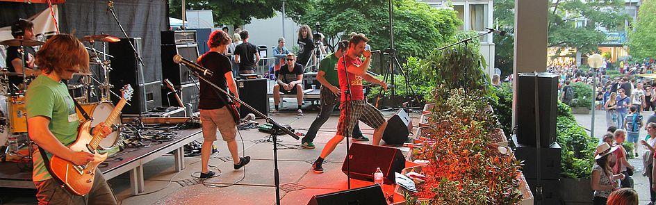 Auf der Bühne des Radiosenders L'UniCo messen sich heimische Bands vor großem Publikum.